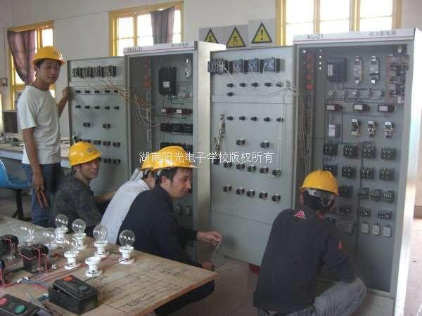大家同心协力,我们终于会安装配电柜了!